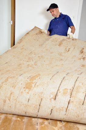 Handwerker Beim Entfernen Eines Teppichs ...